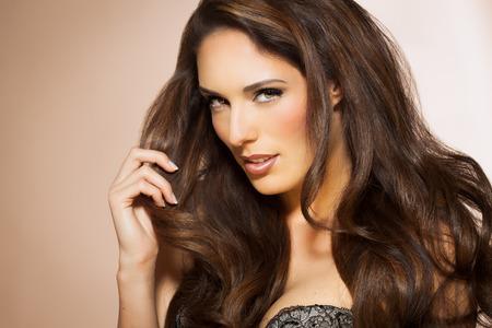 Портрет красивой женщины с длинными брюнетка стиле моды волос. Элегантный Латина модель с длинными темными волосами. Фото со стока