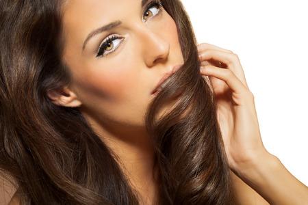 長いブルネットのファッションスタイルの髪と美しい女性の肖像画。長い黒髪でエレガントなラティーナのモデル。 写真素材