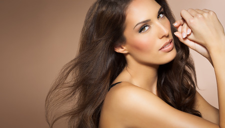mujer elegante: Retrato de la hermosa mujer con estilo de pelo de moda largo Morena. Elegante modelo de Latina con el pelo largo y oscuro. Foto de archivo