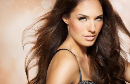 Portret van mooie vrouw met lang brunette fashion kapsel. Elegant Latina model met lang donker haar.