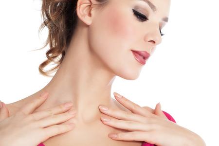 collo: Primo piano di bella donna incandescente con moda trucco e rossetto rosso scuro su sfondo bianco.
