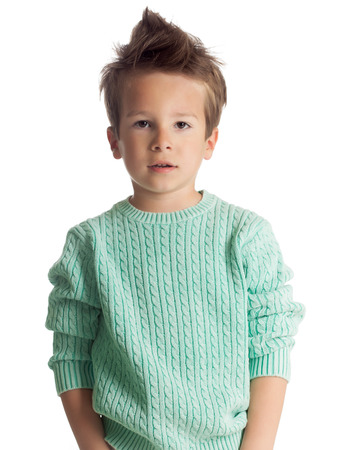 Légant cinq années garçon européenne posant isolé sur fond blanc studio pull tricoté. Mode enfant. Confiant petit garçon. Banque d'images - 40763113