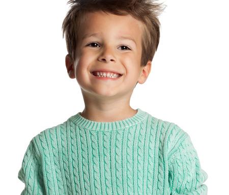 Bonne cinq années old boy européenne posant sur fond blanc studio. Enfant avec un grand sourire. Banque d'images - 40875958