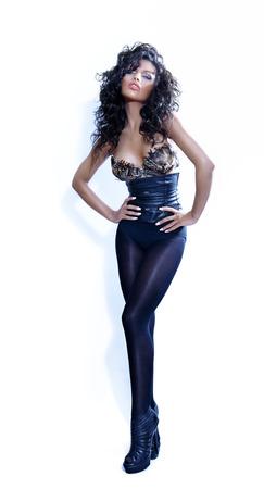 ojos negros: Mujer joven que llevaba un traje de cuero y plumas conuna negro.