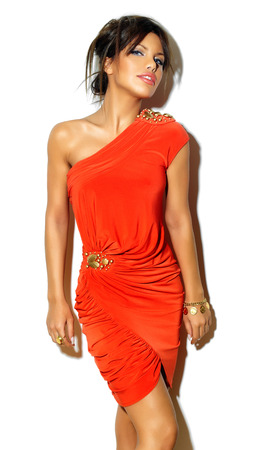 ojos marrones: Presentación modelo en mini-vestido de color naranja con la joyería de oro en la pared blanca. Foto de archivo