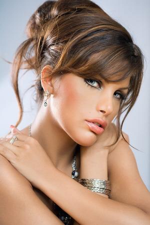modelos posando: Retrato de una mujer con el peinado de gala.