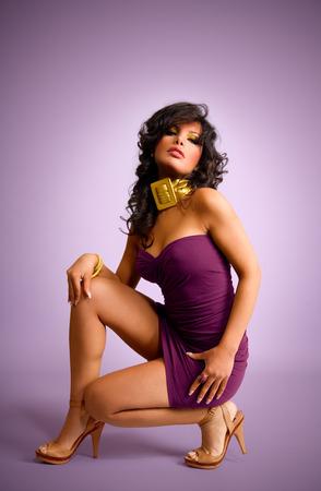 modelos negras: Vestida con mini vestido lila sobre fondo lila modelo.
