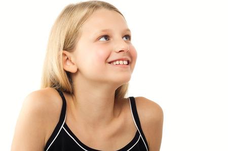 rubia: Niña de diez años de raza caucásica feliz niña con el pelo largo y rubio sobre fondo blanco.