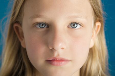 niño modelo: Soñadora intenso retrato de cerca de una hermosa niña de diez años de edad. Foto de archivo