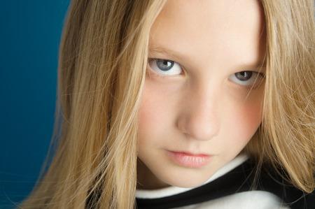 niño modelo: Retrato soñador de una hermosa niña de diez años de edad.