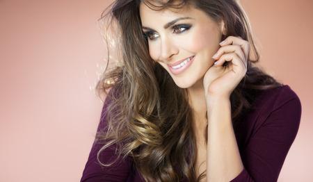 Bella donna sorridente in camicia viola. Moda e concetto di bellezza in studio.