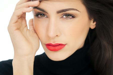 Nahaufnahme einer Frau das Gesicht mit leuchtend roten Lippenstift. Mode und Beauty-Konzept im Studio.