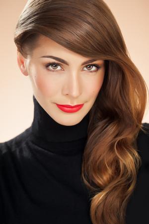 Porträt eines amerikanischen Frau mit leuchtend roten Lippenstift und lange gestylte Haare. Mode und Beauty-Konzept im Studio.
