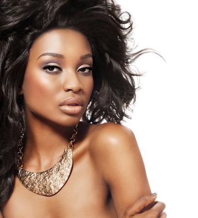 Bella modelo oscuro wth pelo grande y gargantilla de declaración de bronce. La moda y la belleza con el modelo de piel oscura de África.