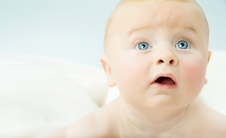 ojos azules: Retrato de niño adorable bebé con grandes ojos azules.