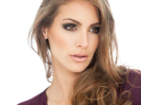 schöne augen: Schöne junge Frau Porträt mit rauchigen Augen Make-up und langen Haaren.