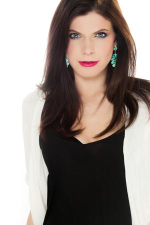ojos azules: Hermosa mujer elegante caucásica con los ojos azules, el lápiz labial de color rosa brillante que usa la tapa fondo blanco chaleco blanco negro. Foto de archivo