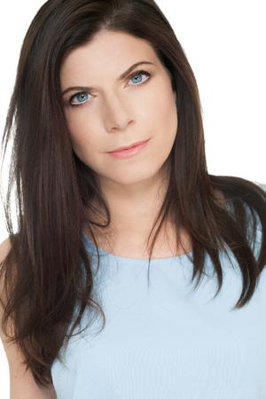 ojos negros: La mujer caucásica elegante hermosa con los ojos azules y maquillaje suave y natural que presenta sobre el fondo blanco que llevaba la luz azul arriba y pendientes.