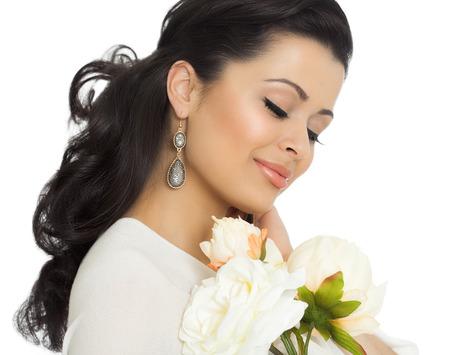 ojos marrones: Retrato del estudio de una mujer joven y hermosa con la piel bronceada, cabello largo estilo y buen maquillaje.