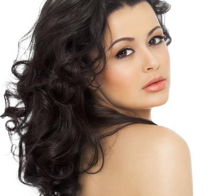Studio portrait d'une belle jeune femme avec une peau bronzée, cheveux longs style et agréable maquillage. Banque d'images - 56391255