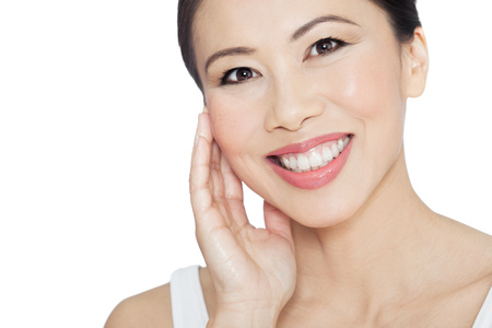 Natural femme asiatique heureuse posant sur fond blanc. Moderne succès trente ou quarante ans femme chinoise. concept de bien-être asiatique. Banque d'images - 56391785