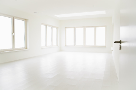 Empty off-white room with large windows and light wooden floor. Banco de Imagens