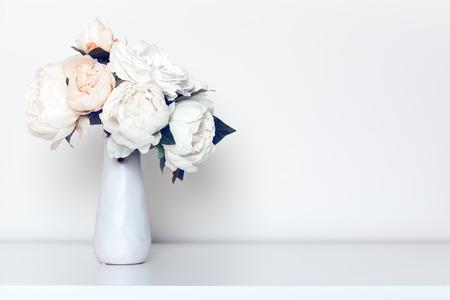 Beau bouquet de pivoines dans un cadre intérieur minimaliste.