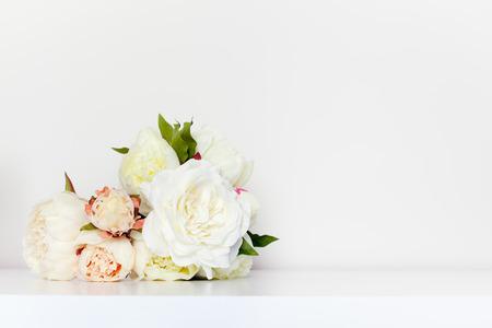 Mooie pioenen boeket in minimalistische indoor setting.