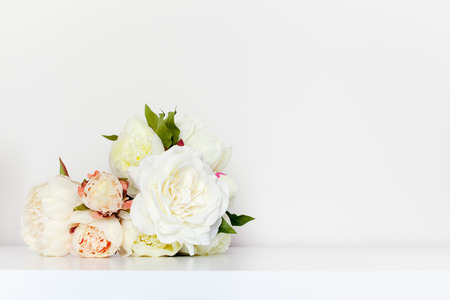 pfingstrosen: Schöne Pfingstrosen Bouquet in minimalistischem Innen Einstellung.