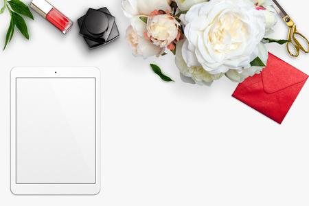 Bovenaanzicht scène met tablet, boeket van pioenen en briefpapier op een witte achtergrond. Gestileerde stock photography. Digitaal product mockup.