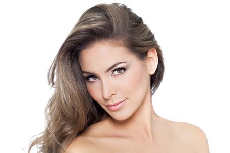 若くてきれいな女性に長い髪、白い背景で隔離のハイライト。 写真素材