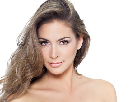 tinte cabello: Mujer hermosa joven con el pelo largo y el más destacado aislados sobre fondo blanco. Foto de archivo