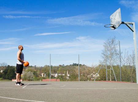 cancha de basquetbol: Jugador de baloncesto a punto de tomar un tiro libre