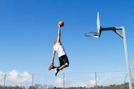cancha de basquetbol: Jugador de baloncesto de la clavada Foto de archivo