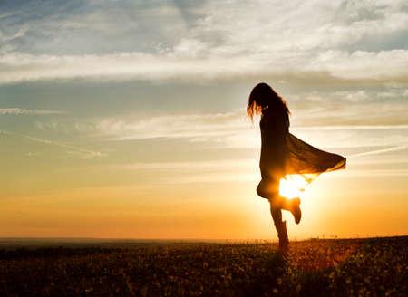 alone: Mujer Twirling en el Sunset
