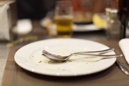Leere Teller mit Essen nach der Mahlzeit auf einem Tisch Standard-Bild