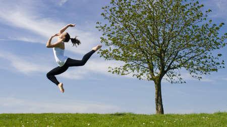 tänzerin: Junge Tänzer springt in die Luft draußen