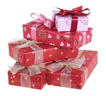 Cinq coffrets cadeaux qui ont été attachés par des rubans avec des arcs, isolé sur un fond blanc Banque d'images