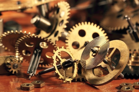 Algunos engranajes de bronce y un péndulo de horas de vida
