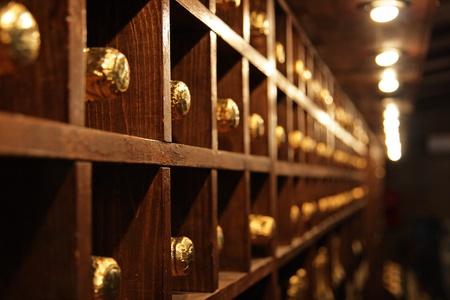 Rekken met flessen in een donkere wijnkelder