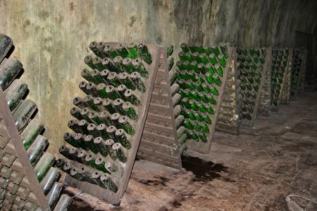 暗いワインセラーでボトル ラック 写真素材