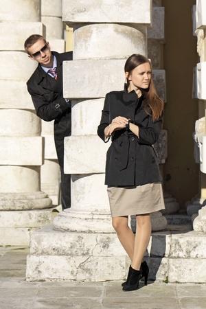 llegar tarde: La niña espera una reunión, y el chico lo mira haber escondido para una columna