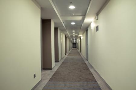 Très long couloir dans un hôtel