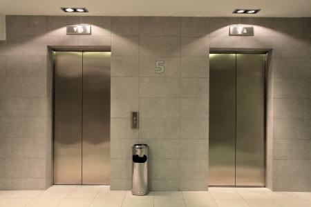 호텔 홀에서 두 개의 리프트