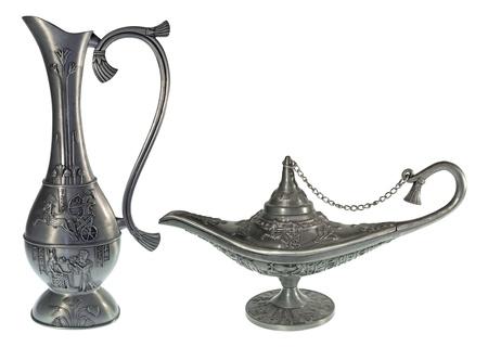 Lampe Tin cruche et l'huile isolé sur un fond blanc
