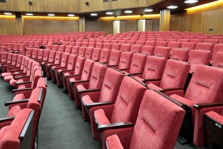 赤い肘掛け椅子と空の大きな黄色の会議室