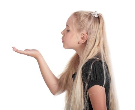 Die Mädchen stehen in einem Profil und schaut auf die Handfläche nach vorn ausgesetzt, ist auf dem weißen isoliert