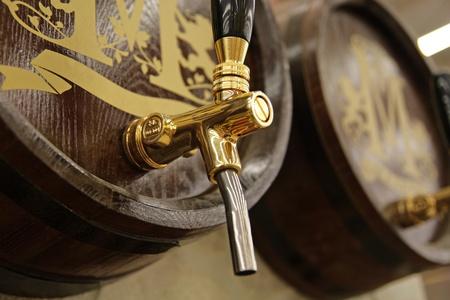 それを鶴とワインの樽