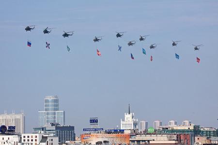 モスクワ - 5 月 9 日: 2010 年 5 月 9 日にモスクワで第二次世界大戦、祝うに捧げられる勝利の第 65 記念日の軍事パレード。フラグとヘリコプターは赤の広場に飛ぶ。