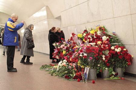 trasgressione: MOSCA, RUSSIA - 29 MAR: Fiori naturali nella metropolitana di Mosca alla stazione di Lubjanka in un anniversario di memoria delle vittime in atti di terrorismo su Mar 29, 2011 a Mosca.